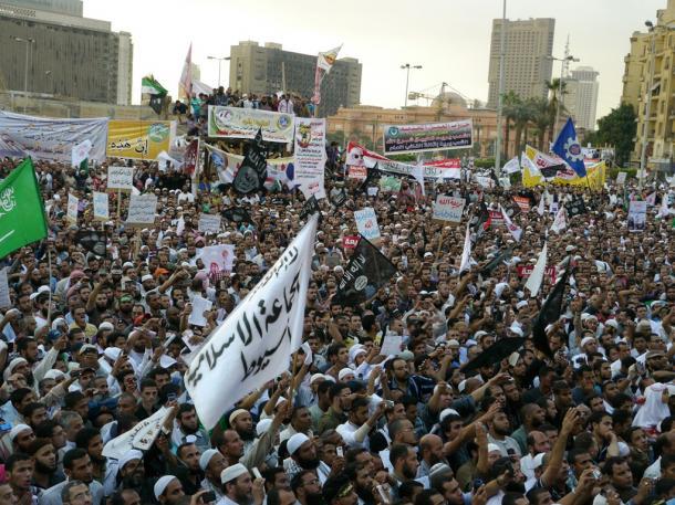 「イスラム法の実施」を求めてカイロのタハリール広場を埋めたイスラム厳格派「サラフィー主義者」の大規模集会。広場では、ジハード(聖戦)のシンボルである黒旗も振られた=2012年11月、川上泰徳撮