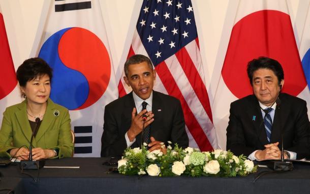 オランダ・ハーグで25日、3カ国による首脳会談に臨む(右から)安倍晋三首相、オバマ米大統領、朴槿恵韓国大統領20140325