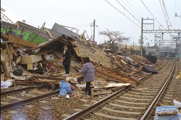 阪急電鉄今津線のわきに建っていた民家が崩壊、がれきが線路を埋めた=1995年1月18日、兵庫県西宮市北口町
