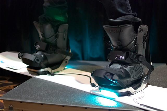 写真・図版 : 米国の家電見本市で発表されたセレボのスノーボード用金具「XON(エックス・オン)」。上手に滑れているか光って知らせたり、タブレット端末でチェックしたりできる=1月5日、米ラスベガス ,高木真也撮影