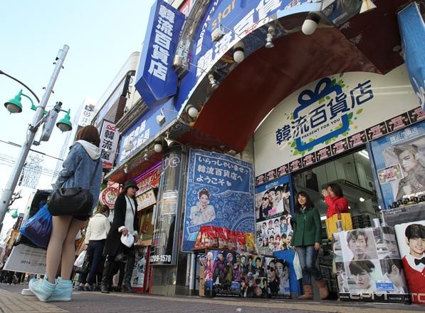 韓国料理店だけでなく韓流スターのグッズや韓国コスメの店も並ぶ=2014年1月28日、東京都新宿区大久保