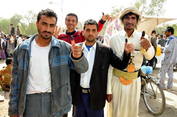 投票した印の親指のインクを示す男性たち/イエメン暫定大統領選