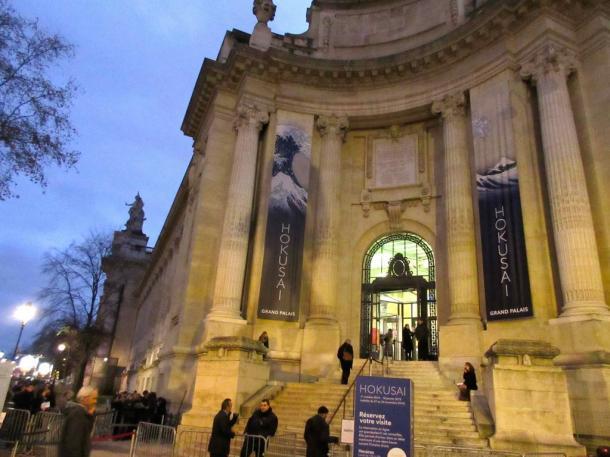 国立美術館グランパレ前では、葛飾北斎展