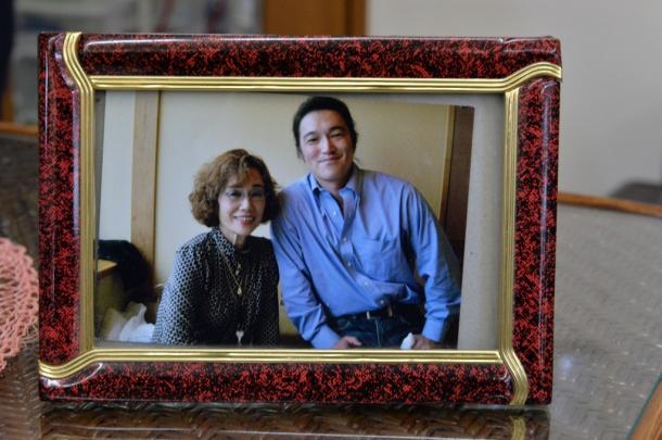 2012年1月、母親の石堂順子さん(左)の誕生記念の会食で写真におさまる後藤健二さん=家族提供