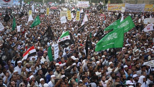 写真・図版 : 「イスラム国」の国旗となっているイスラムの黒旗が目立ったカイロのタハリール広場でのサラフィー主義者の大規模集会=2012年11月、川上撮影