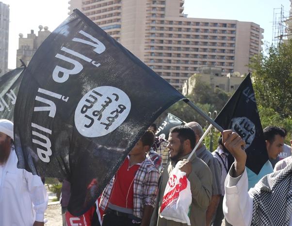 写真・図版 : 「イスラム法の実施」を求めて、カイロのタハリール広場にあつまり、イスラムの黒旗をふるサラフィー主義者たち=2012年11月、川上撮影