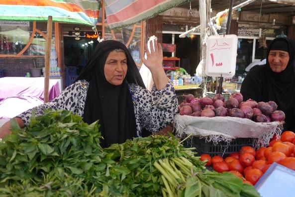 カードミヤの野菜市場で露天を出しているライラ・マフムードさん。夫はテロによって3年前から意識不明という=27日、川上撮影