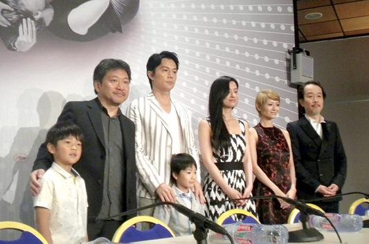 カンヌ映画祭で『そして父になる』の公式会見に参加する 是枝裕和監督(左から二番目)