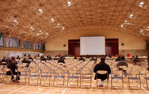 写真・図版 : 説明会開始直後の会場(群馬県長野原町の施設「若人の館
