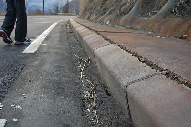 写真・図版 : ダム本体工事に先行して付け替えられた国道145号で見つかった亀裂