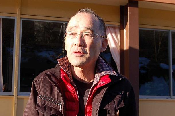 写真・図版 : 説明会後に記者のインタビューに答える高山彰さん