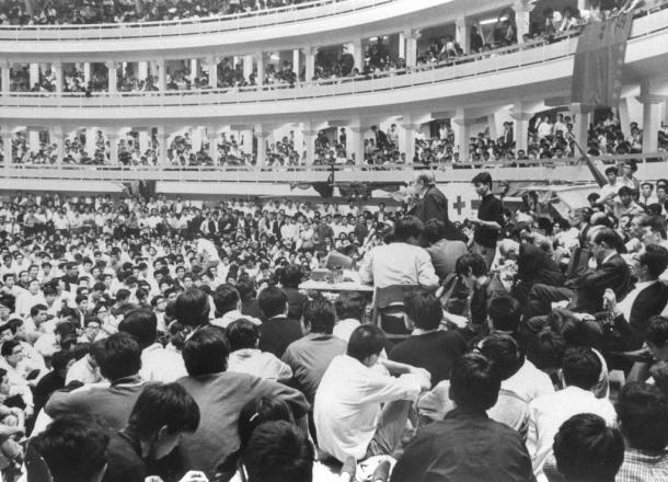 学園紛争中の日大で、全学共闘会議と大学側が「大衆団交」。満員の会場で20億円の使途不明金問題について説明、退陣を表明する古田重二良会頭=東京・両国の日大講堂 1968930