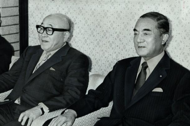 臨時教育審議会の第2次答申後、中曽根康弘首相と会談する岡本道雄・会長(左)=首相官邸19864