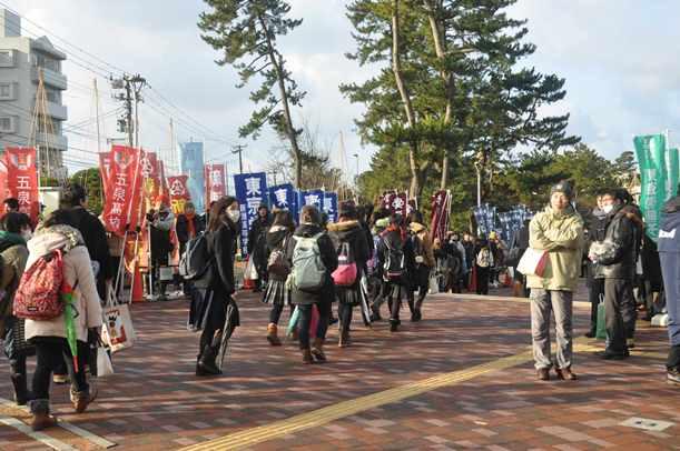 センター試験の会場に向かう受験生=2015年1月17日、新潟市の新潟大
