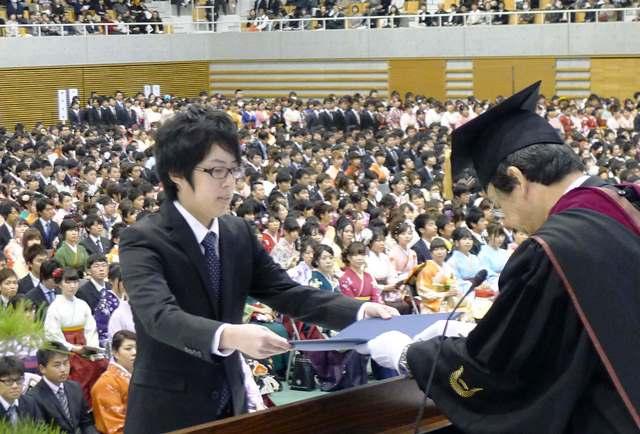 写真・図版 : 学位記の授与=2014年3月、岡山大学(本文とは直接関係ありません)