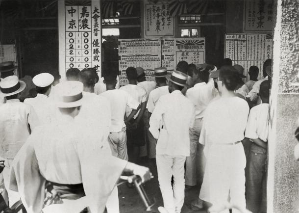 写真・図版 : 1931年の第17回全国中等学校優勝野球大会で決勝に進出した嘉義農林の試合速報を見る台湾の人たち