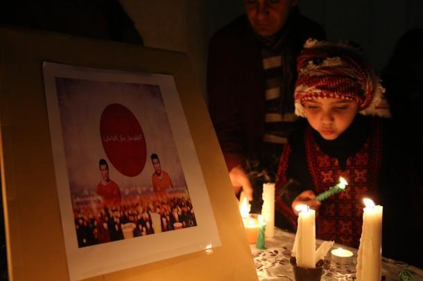 日本大使館前では、地元の子どもがろうそくに火をともし、後藤健二さんと湯川遥菜さんに哀悼の意を表した=2日夕、ヨルダン・アンマン20150202