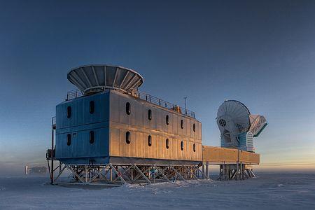 南極点近くの電波望遠鏡「BICEP-2」(米ハーバード大提供)