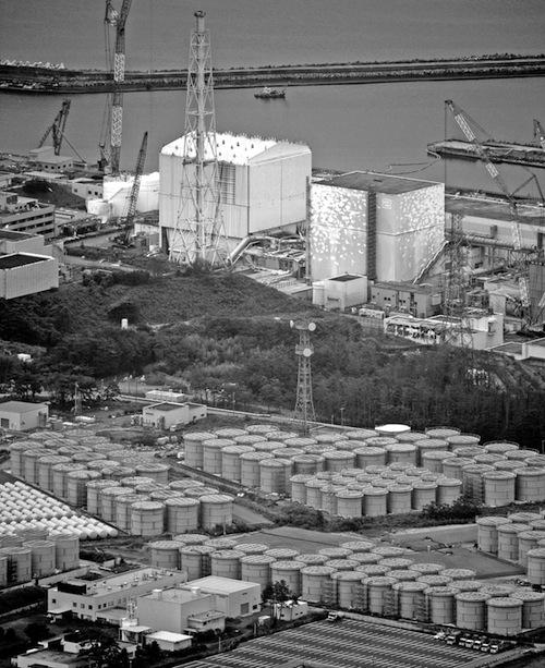東京電力福島第一原発の汚染水タンク(手前)=2013年9月1日午後、福島県大熊町、朝日新聞社機から