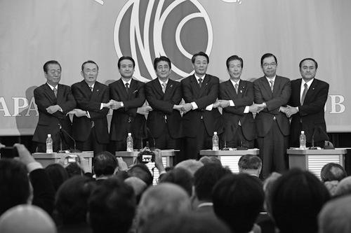 日本記者クラブ主催の討論会で握手する党首たち=2014年12月1日、東京都千代田区