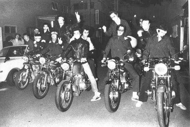 大阪市天王寺区に自慢のオートバイ、乗用車に乗って集まった暴走族1978