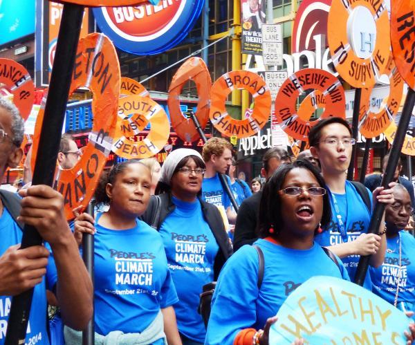 写真・図版 : 国連気候サミットを前に約30万人がデモ行進で温暖化防止を訴えた=2014年9月21日、ニューヨーク、小林哲撮影