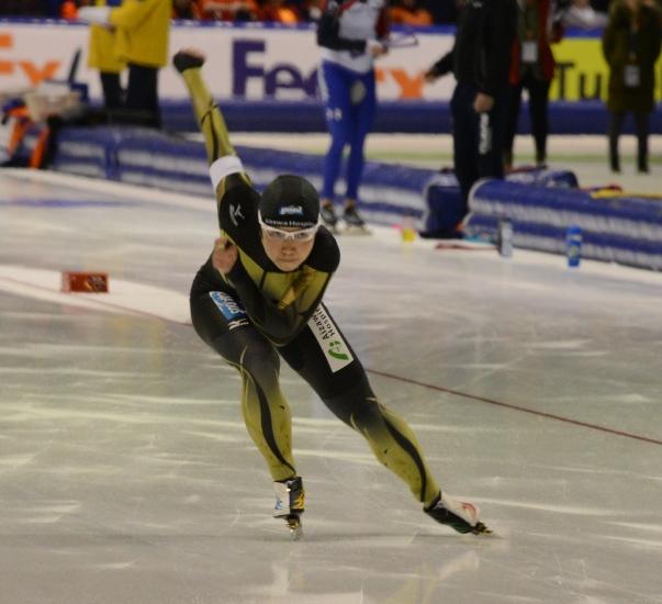 スピードスケート・世界距離別選手権女子500メートルの1回目を滑走する小平奈緒=2015年2月14日、オランダ・ヘーレンフェイン