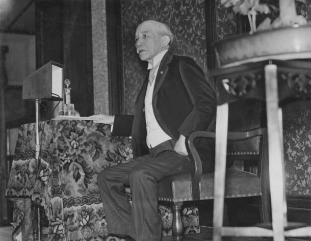 文部省主催の憲法講習会で憲法講義をする金子堅太郎伯爵(1935年
