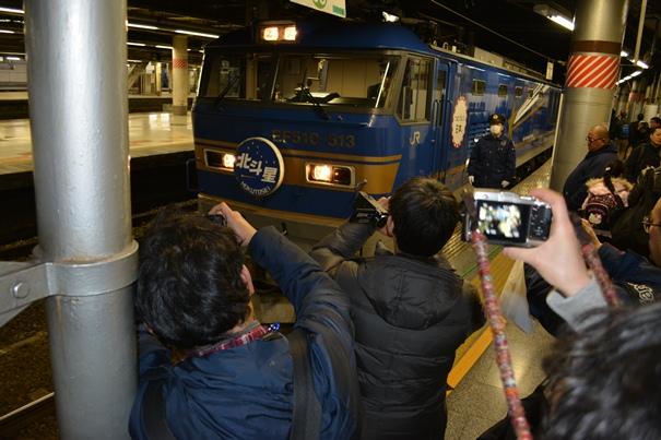 北斗星の廃止が発表されて以来、出発のたびに多くの鉄道ファンが集まるようになった=2015年2月6日、JR上野駅