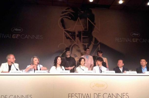 カンヌ映画祭『2つ目の窓』の公式会見に臨む 河瀬直美監督(左から三番目