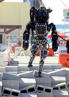 写真・図版 : ブロックを置いたでこぼこの道を歩くロボット=米フロリダ州マイアミ郊外
