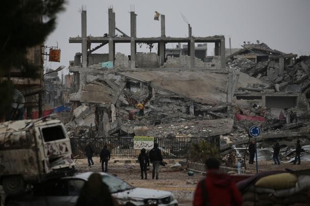 写真・図版 : 紛争の傷痕が生々しく残るシリアのコバニ(クルド名)市街地=2014年1月30日、撮影・矢木隆晴