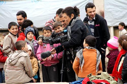 シリア・アレッポで2014年、取材中に子どもたちに囲まれる後藤健二さん=サミ・マシャールさん撮影、ムハンマド・マフムードさん提供