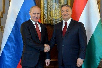 会談でハンガリーのオルバン首相(右)と握手するロシアのプーチン大統領=ロシア大統領府ホームページから