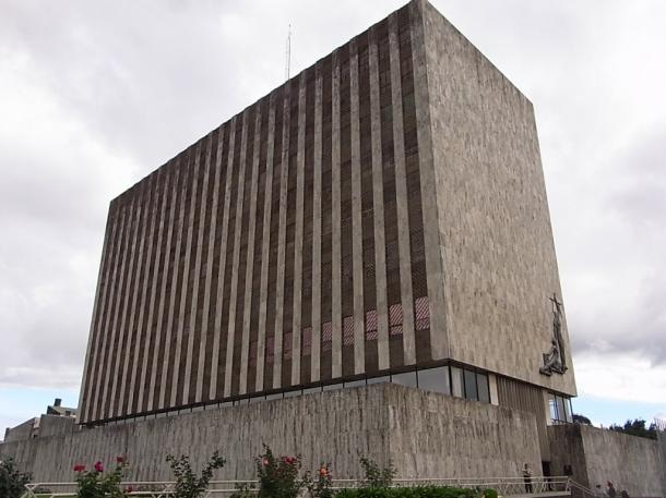 写真・図版 : コスタリカ最高裁判所の建物。壁面に「正義の女神」像がある=撮影・筆者