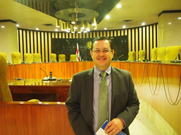 写真・図版 : 大議事場で解説するロドリゲスさん=撮影・筆者