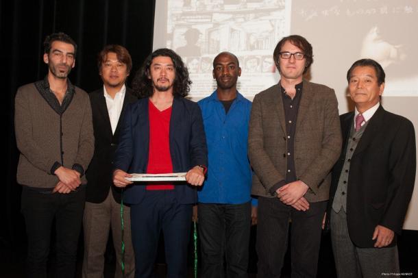 写真・図版 : KINOTAYO映画祭で『捨てがたき人々』が批評家賞受賞。批評家に囲まれた榊英雄監督(左から3番目)、脚本家の秋山命氏(左から2番目)と、同映画祭会長の片川喜代治氏(右)   (c) Philippe Henriot