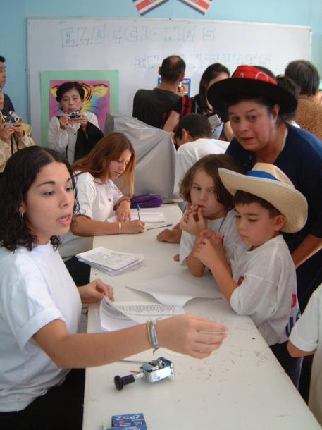 模擬投票をする子どもたち=2002年2月の撮影