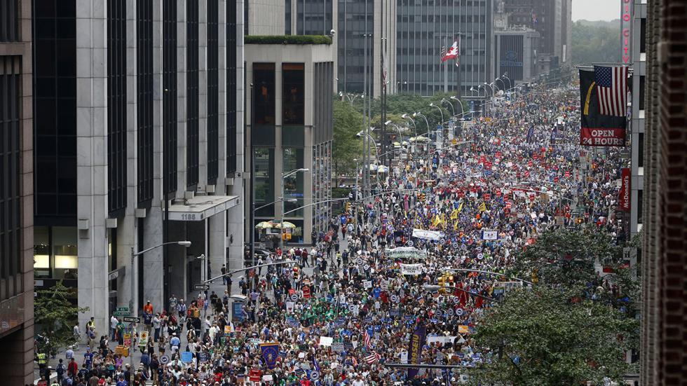 写真・図版 : 写真1. 2014年9月21日ニューヨークでの温暖化マーチ:6番街を埋めつくす人々、出典:The Weather Channel