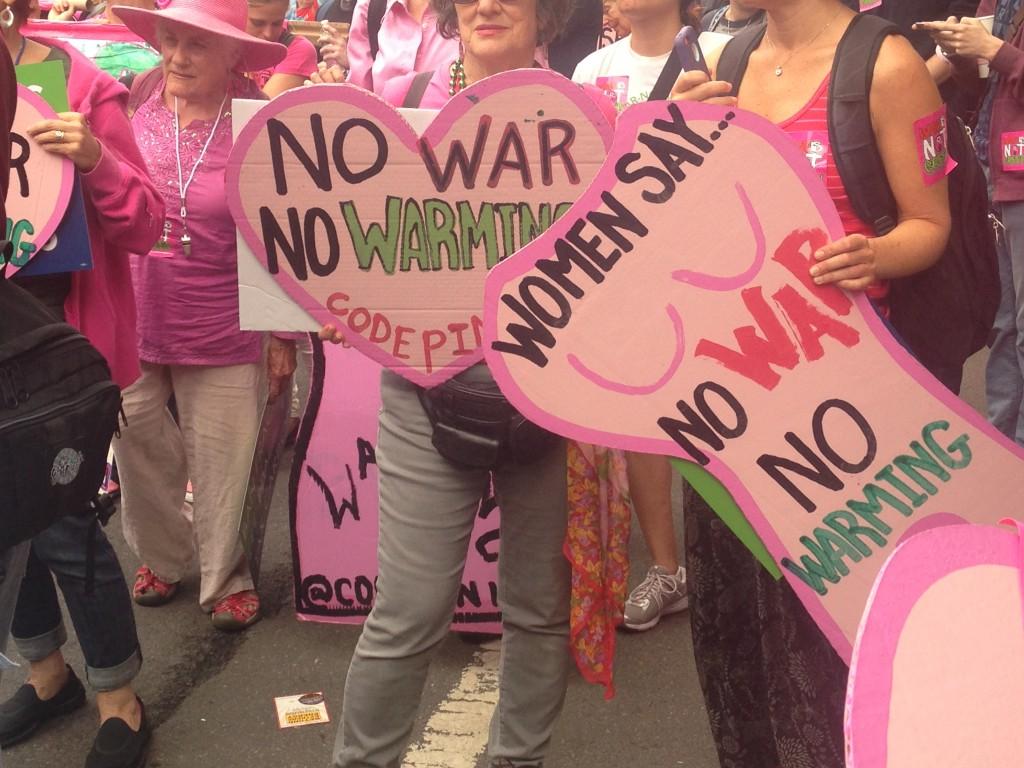 写真・図版 : 写真3. 「No War No Warming(戦争も温暖化もNO!)」と訴える女性グループ=筆者撮影
