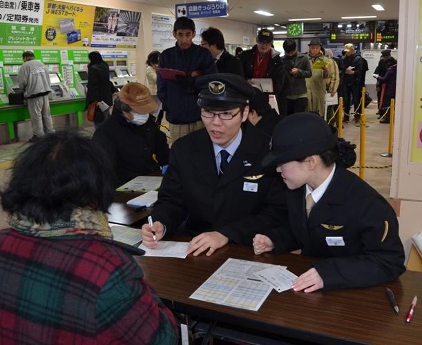 北陸新幹線の開業日の切符を求めて早朝から多くの人が並び、即座に売り切れた=2015年2月14日、JR富山駅
