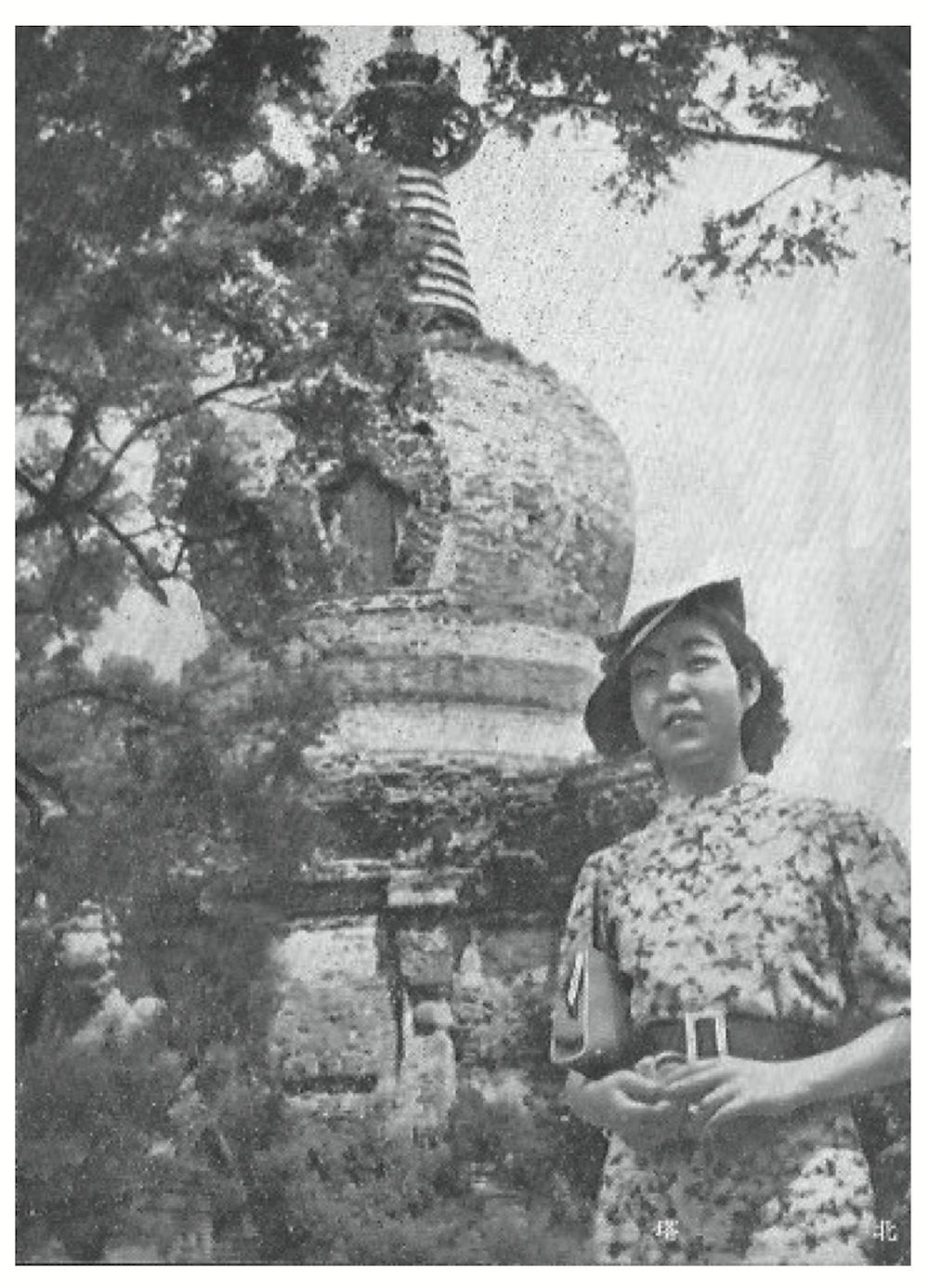 北塔の前に立つ日本人観光客