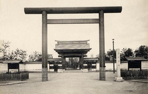奉天神社。天照大神、明治天皇を祭神に1916年作られた。春日公園に隣接しており、数次にわたる増改築で公園をのみこんで拡大した。「満州一の宮」として満州神宮に昇格させようという動きもあった。1930年ごろ撮影の絵はがき