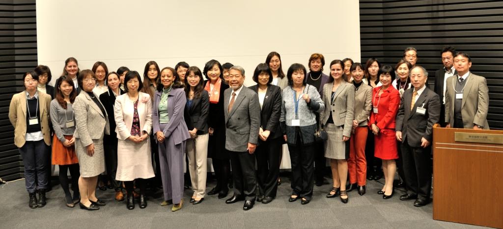 写真・図版 : アジア・太平洋地域宇宙機関会議 (Asia-Pacific Regional Space Agency Forum, APRSAF)のサイドイベント「日本で・アジアでつながろう:宇宙航空分野の女性の活躍推進に向けて」の記念写真=12月3日、東京国際交流館(プラザ平成)