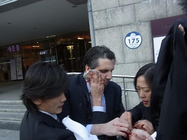 負傷し、会場を後にするリッパート駐韓米大使=5日朝、ソウル市内20150305