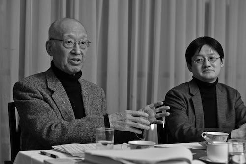 写真・図版 : 半藤一利さん(左)と苅部直さん(撮影=吉永考宏)