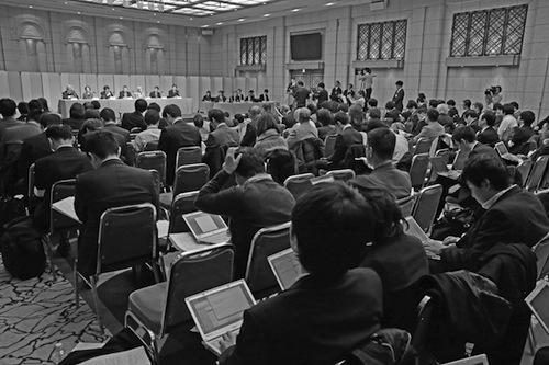 写真・図版 : 報告書を公表後、第三者委員会が開いた記者会見=2014年12月22日、東京都港区