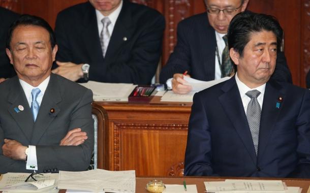 安倍晋三首相。左は麻生太郎財務相