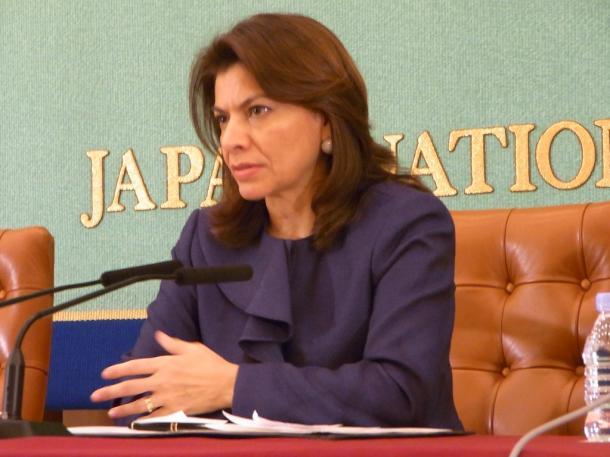 写真・図版 : 「原発は不要」と語るコスタリカのチンチジャ大統領(当時)=2011年12月、都内で 撮影・筆者
