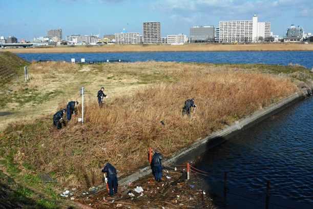 遺体発見現場を捜索する神奈川県警の捜査員ら=2015年2月21日、川崎市川崎区港町